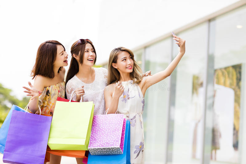 νέες γυναίκες που παίρνουν Selfie ψωνίζοντας στοκ εικόνα με δικαίωμα ελεύθερης χρήσης