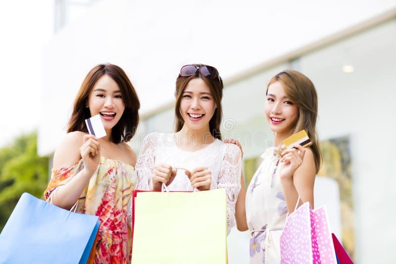 νέες γυναίκες που παρουσιάζουν τις τσάντες αγορών και πιστωτική κάρτα στοκ φωτογραφία με δικαίωμα ελεύθερης χρήσης