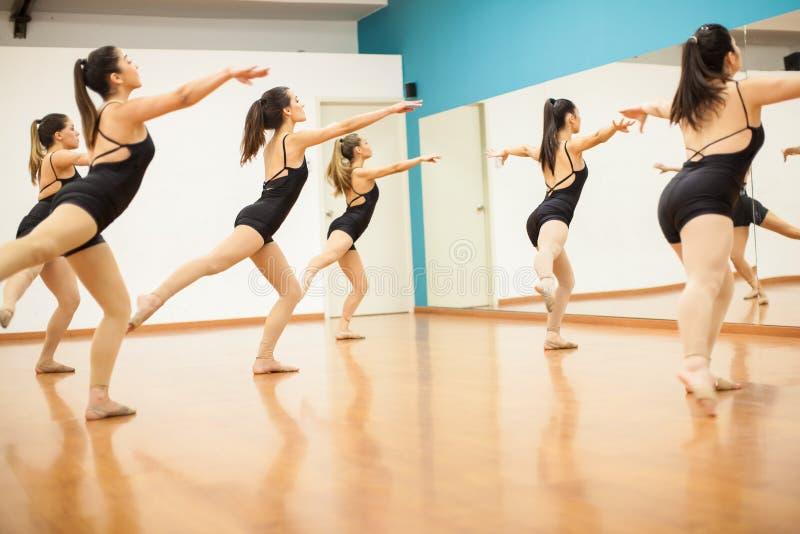 Νέες γυναίκες που προετοιμάζουν μια ρουτίνα χορού στοκ φωτογραφία