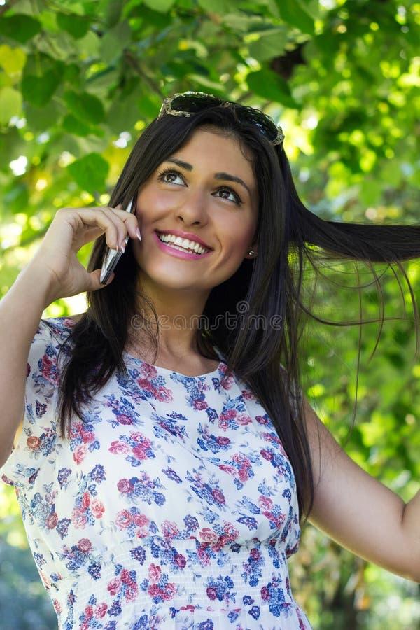 Νέες γυναίκες σε κινητό στοκ εικόνα με δικαίωμα ελεύθερης χρήσης