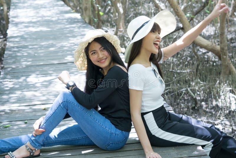 Νέες γυναίκες asain που κάθονται στον ξύλινο στοκ φωτογραφία με δικαίωμα ελεύθερης χρήσης