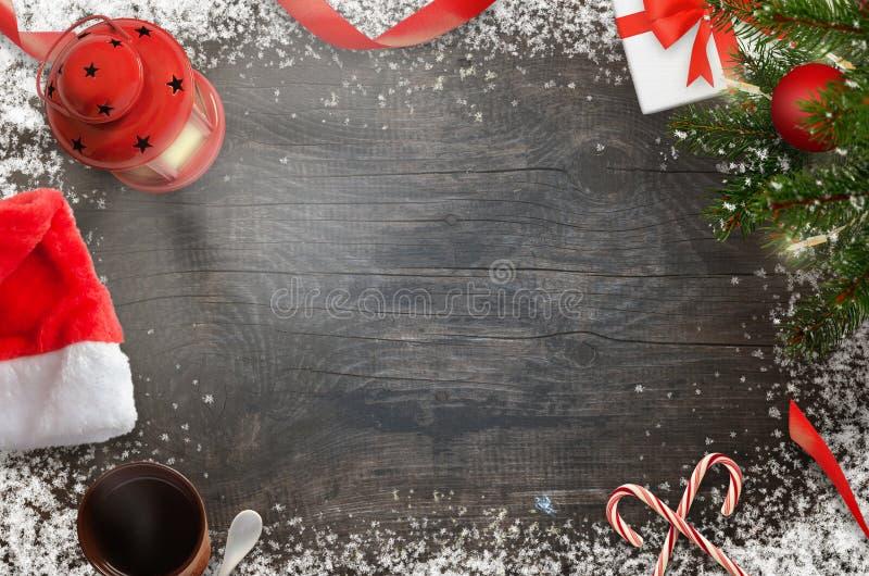 Νέες διακοσμήσεις έτους Χριστουγέννων στο μαύρο ξύλινο υπόβαθρο στοκ εικόνα