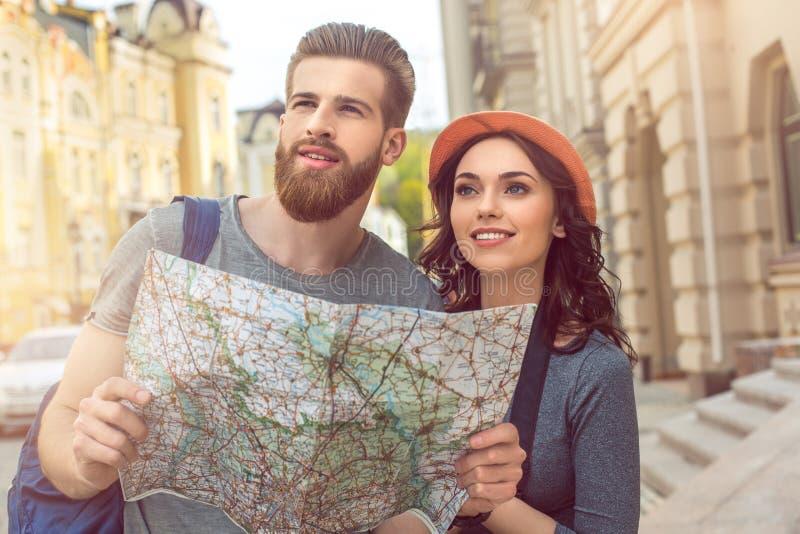 Νέες διακοπές περιπάτων πόλεων τουριστών ζευγών μαζί στοκ φωτογραφίες