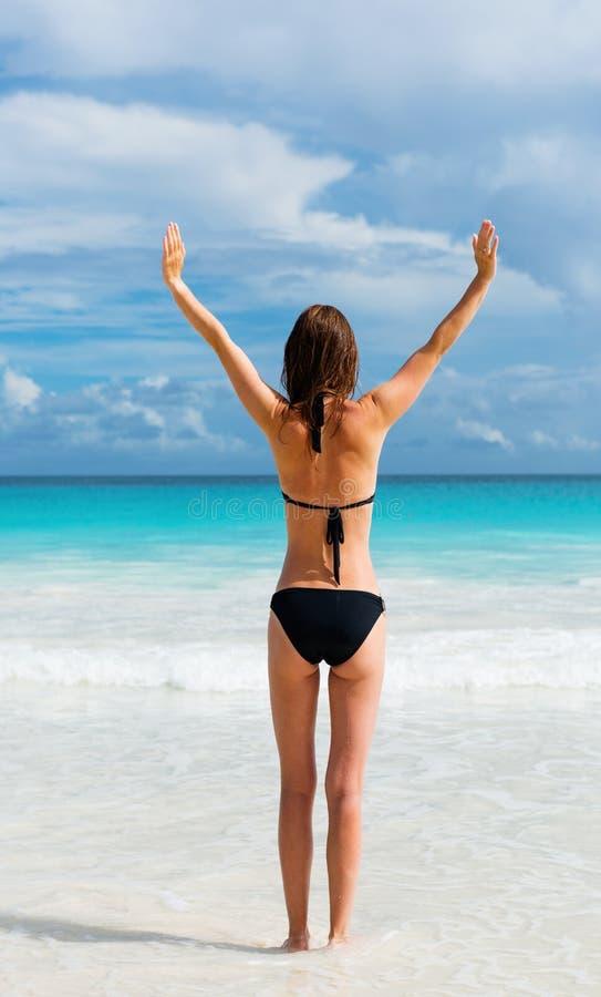 Νέες στάσεις γυναικών στην παραλία στοκ εικόνες με δικαίωμα ελεύθερης χρήσης