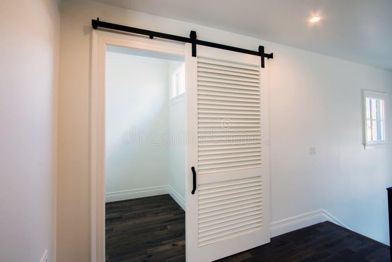 Νέες σύγχρονες πόρτες εγχώριων μοναδικές συρόμενες σιταποθηκών στοκ φωτογραφία