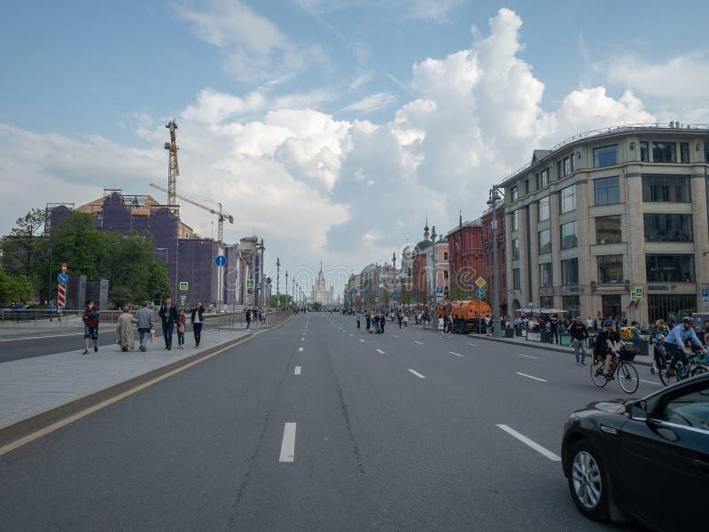"""Νέες τετράγωνο Novaya ploshchad """"και άποψη του κτηρίου στο ανάχωμα Kotelnicheckaya κατά τη διάρκεια του εορτασμού της ημέρας νίκη στοκ φωτογραφία"""