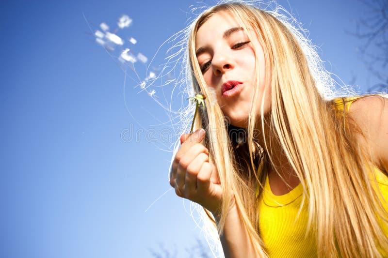 Νέες φυσώντας φυσαλίδες γυναικών στοκ φωτογραφία