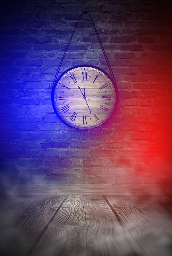 Νέες ώρες έτους ` s Στρογγυλό ξύλινο ρολόι στον παλαιό τουβλότοιχο, bokeh επίδραση, εορταστικό, μαγικό ελαφρύ, νέο έτος, Χριστούγ στοκ φωτογραφίες με δικαίωμα ελεύθερης χρήσης