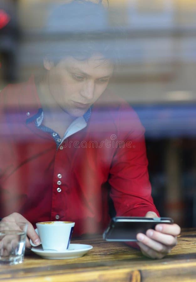 Νέοι άτομο μόδας/hipster καφές espresso κατανάλωσης στοκ εικόνες