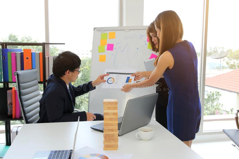 Νέοι βέβαιοι επιχειρησιακοί συνάδελφοι που αναλύουν τα έγγραφα και που εργάζονται από κοινού Εργατικός στην αρχή στοκ εικόνες