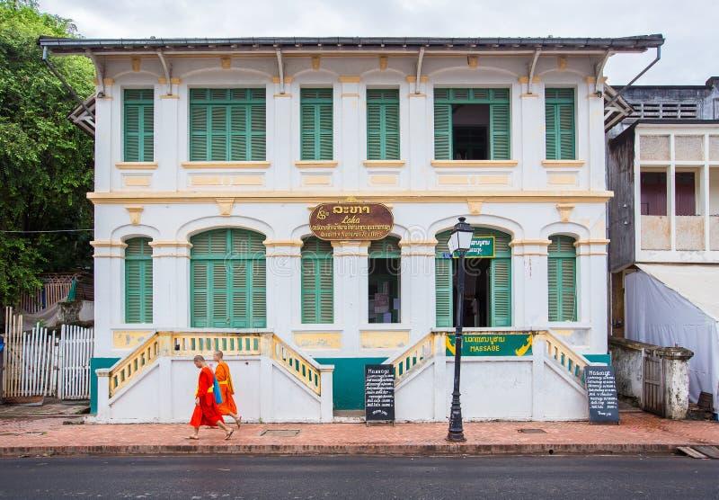 Νέοι βουδιστικοί μοναχοί στην οδό πόλεων Luang Prabang στοκ φωτογραφία με δικαίωμα ελεύθερης χρήσης