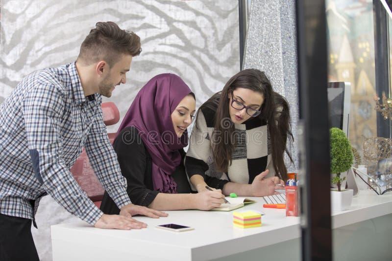 Νέοι δημιουργικοί επιχειρηματίες ξεκινήματος στη συνεδρίαση στο σύγχρονο γραφείο που κάνει τα σχέδια και τα προγράμματα στοκ φωτογραφία με δικαίωμα ελεύθερης χρήσης
