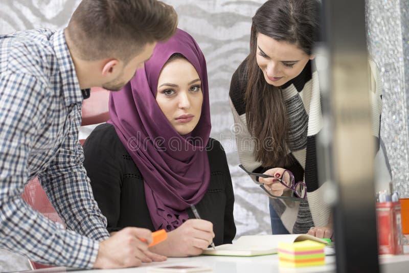 Νέοι δημιουργικοί επιχειρηματίες ξεκινήματος στη συνεδρίαση στο σύγχρονο γραφείο που κάνει τα σχέδια και τα προγράμματα στοκ εικόνες με δικαίωμα ελεύθερης χρήσης