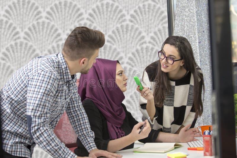 Νέοι δημιουργικοί επιχειρηματίες ξεκινήματος στη συνεδρίαση στο σύγχρονο γραφείο που κάνει τα σχέδια και τα προγράμματα στοκ φωτογραφίες με δικαίωμα ελεύθερης χρήσης