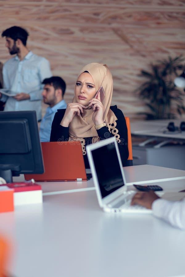 Νέοι δημιουργικοί επιχειρηματίες ξεκινήματος στη συνεδρίαση στο σύγχρονο γραφείο που κάνει τα σχέδια και τα προγράμματα στοκ φωτογραφίες
