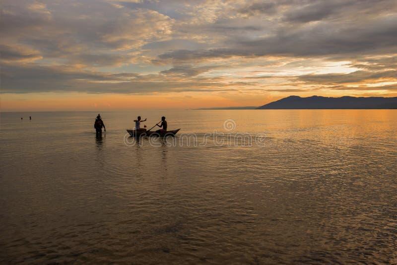 Νέοι ενήλικοι που απολαμβάνουν έναν γύρο βαρκών mokoro στις ακτές της λίμ στοκ εικόνες με δικαίωμα ελεύθερης χρήσης