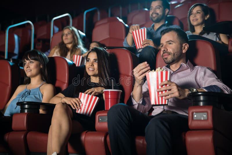 Νέοι ενήλικοι στη κινηματογραφική αίθουσα στοκ εικόνες με δικαίωμα ελεύθερης χρήσης