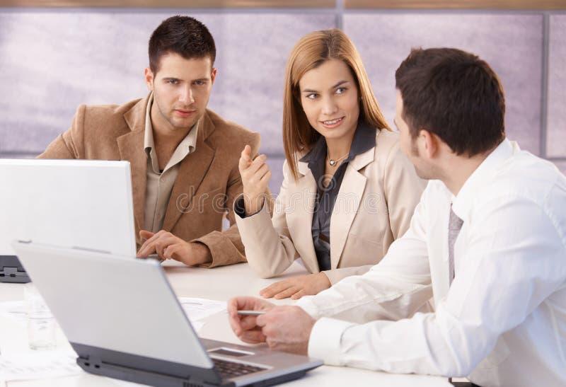 Νέοι επαγγελματίες που στην αίθουσα συνεδριάσεων στοκ φωτογραφία με δικαίωμα ελεύθερης χρήσης