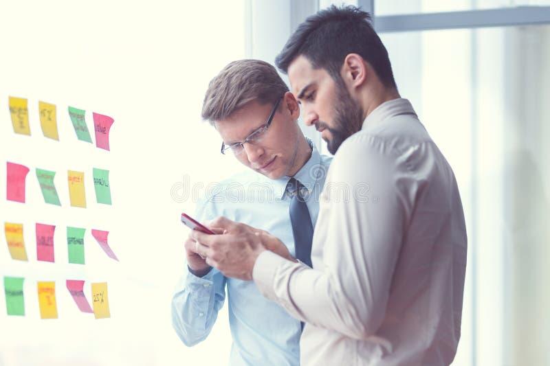 Νέοι επιχειρηματίες με ένα τηλέφωνο στοκ εικόνες