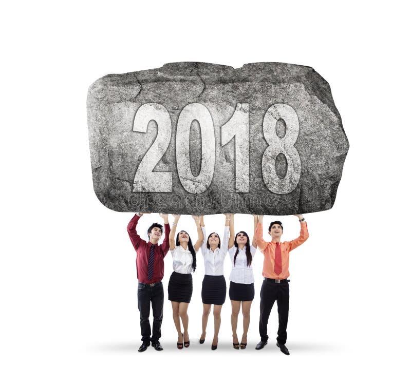 Νέοι επιχειρηματίες που ανυψώνουν τον αριθμό 2018 στοκ φωτογραφίες με δικαίωμα ελεύθερης χρήσης