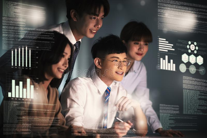 Νέοι επιχειρηματίες που εργάζονται και που επικοινωνούν στο γραφείο στοκ εικόνες