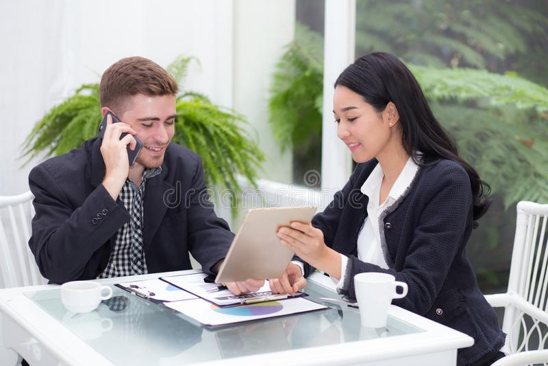 Νέοι επιχειρηματίες που κάνουν τη συνεδρίαση και που εξετάζουν την ταμπλέτα για την ανάλυση της εργασίας μάρκετινγκ στοκ φωτογραφίες