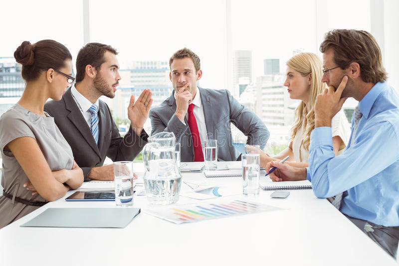 Νέοι επιχειρηματίες στη συνεδρίαση των δωματίων πινάκων στοκ εικόνα