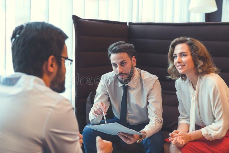 Νέοι επιχειρηματίες στον εργασιακό χώρο στοκ φωτογραφίες