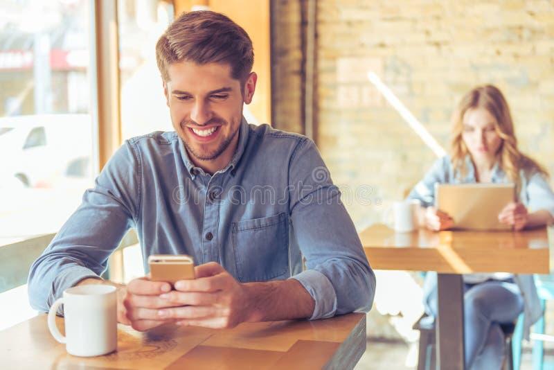 Νέοι επιχειρηματίες στον καφέ στοκ εικόνα με δικαίωμα ελεύθερης χρήσης