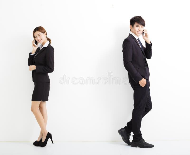 Νέοι επιχειρησιακοί άνδρας και γυναίκα που μιλούν στο τηλέφωνο στοκ εικόνες με δικαίωμα ελεύθερης χρήσης