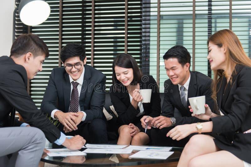 Νέοι επιχειρησιακοί επαγγελματίες που διοργανώνουν μια συνεδρίαση στην αρχή στοκ εικόνες με δικαίωμα ελεύθερης χρήσης
