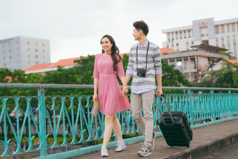 Νέοι εραστές που περπατούν γύρω από την πόλη στις διακοπές, που απολαμβάνουν το ταξίδι στοκ φωτογραφίες με δικαίωμα ελεύθερης χρήσης