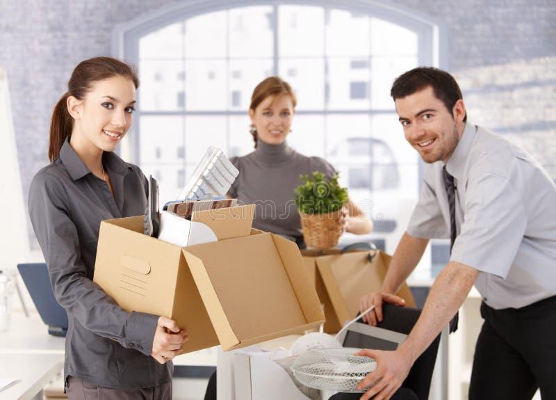 Νέοι εργαζόμενοι γραφείων που κινούν το γραφείο στοκ εικόνες με δικαίωμα ελεύθερης χρήσης