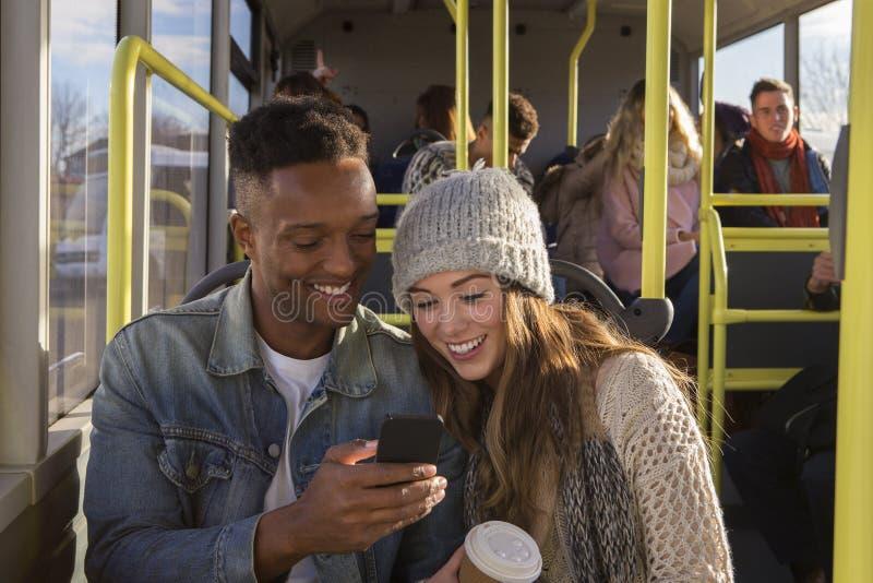 Νέοι ζεύγος/φίλοι στο λεωφορείο στοκ εικόνα με δικαίωμα ελεύθερης χρήσης