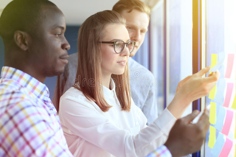 Νέοι δημιουργικοί επιχειρηματίες ξεκινήματος στοκ εικόνες με δικαίωμα ελεύθερης χρήσης