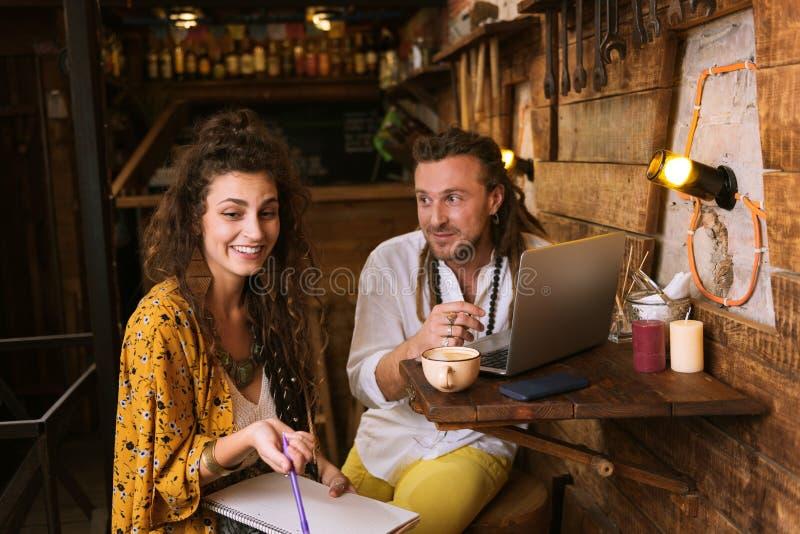 Νέοι ιδιοκτήτες σε λίγο μπαρ που λειτουργεί στις νέες επιλογές ποτών τους στοκ φωτογραφία