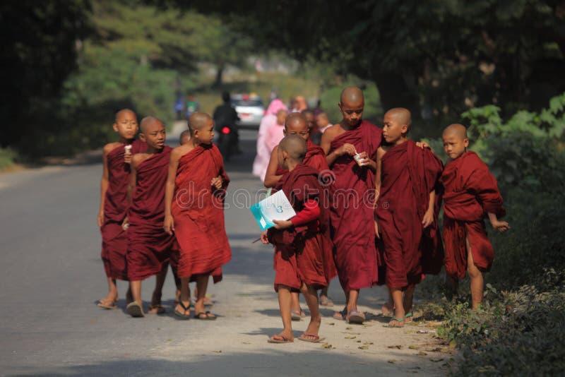 Νέοι μοναχοί στη Myanmar στοκ φωτογραφίες