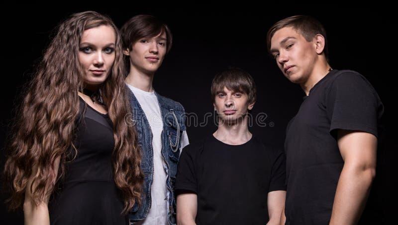 Νέοι μουσικοί βράχου - γυναίκα και άνδρες στοκ φωτογραφίες