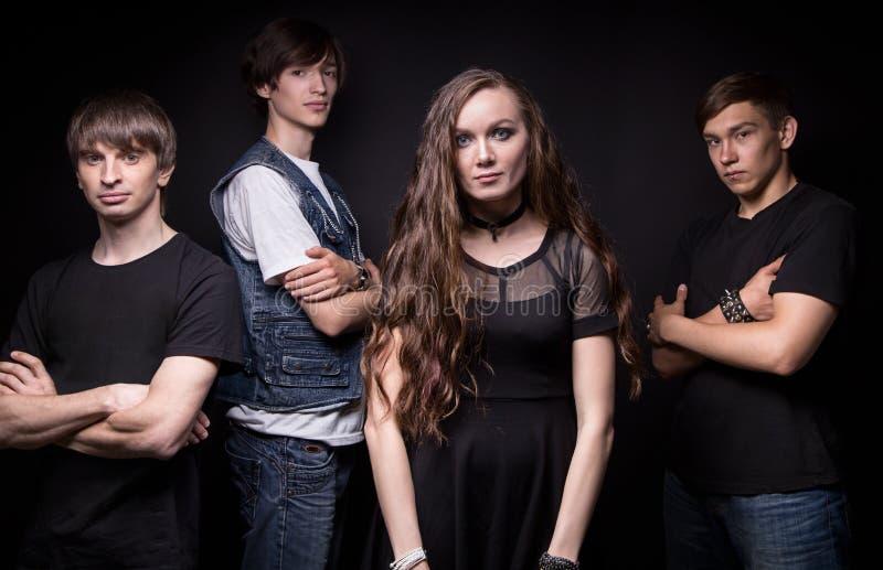 Νέοι μουσικοί - γυναίκα και τρεις άνδρες στοκ φωτογραφίες