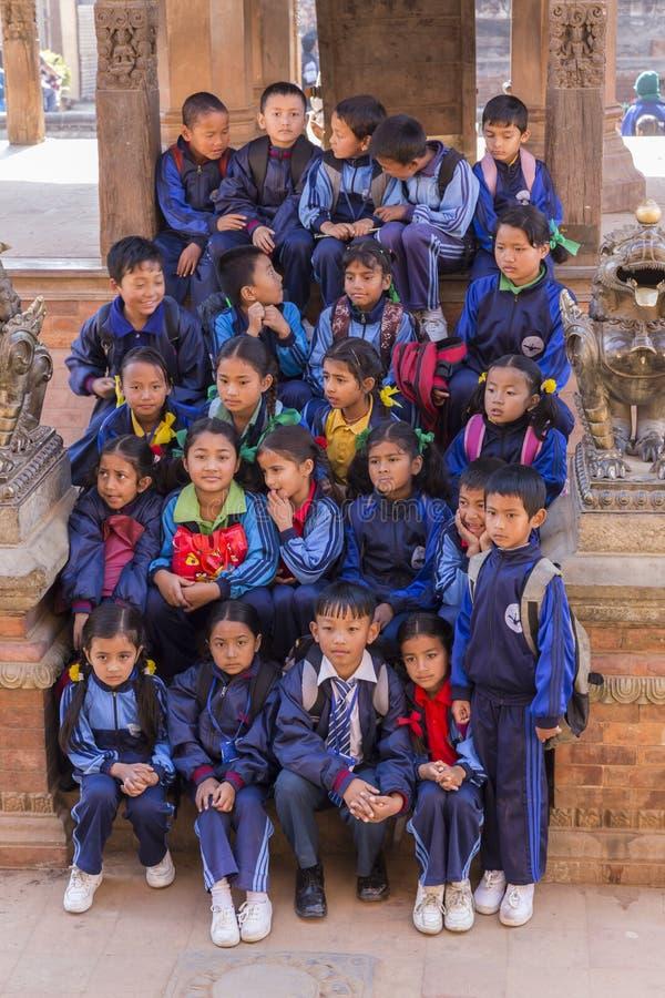 Νέοι νεπαλικοί σπουδαστές σε ένα σχολικό ταξίδι σε Bhaktapur στοκ εικόνες