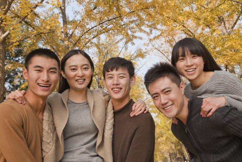 Νέοι που έχουν τη διασκέδαση και που παίζουν piggyback στο πάρκο το φθινόπωρο στοκ φωτογραφίες με δικαίωμα ελεύθερης χρήσης