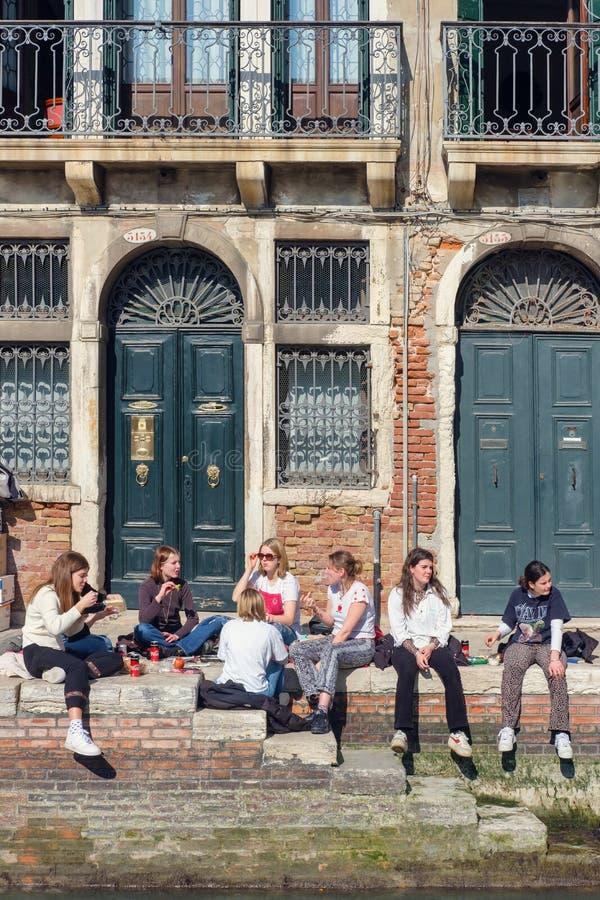 Νέοι που έχουν το μεσημεριανό γεύμα κατά τη διάρκεια του φρένου στην οδό στοκ φωτογραφίες