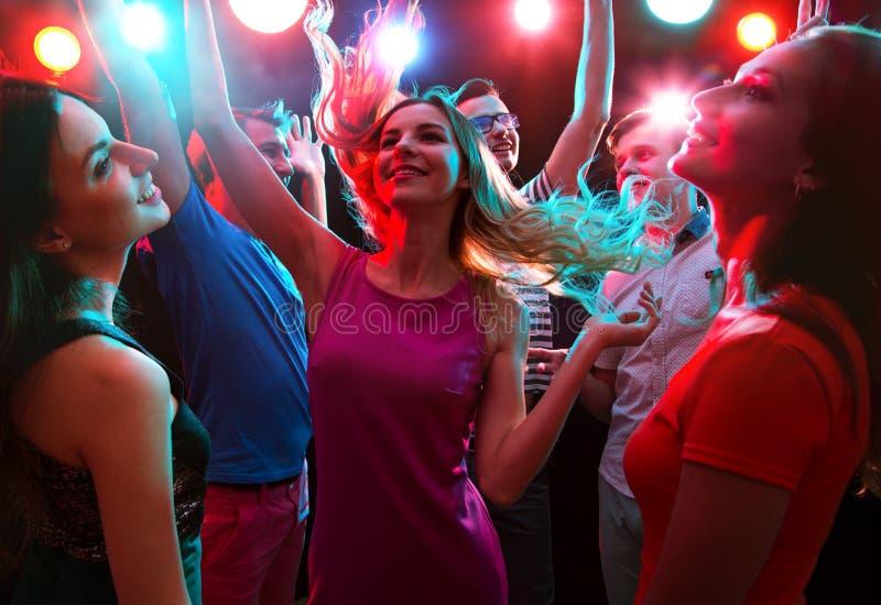 Νέοι που έχουν το χορό διασκέδασης στοκ εικόνα με δικαίωμα ελεύθερης χρήσης