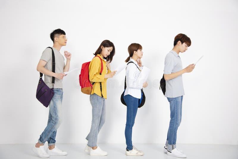 Νέοι που αναζητούν τη θέση εργασίας με τις περιλήψεις στοκ φωτογραφία με δικαίωμα ελεύθερης χρήσης