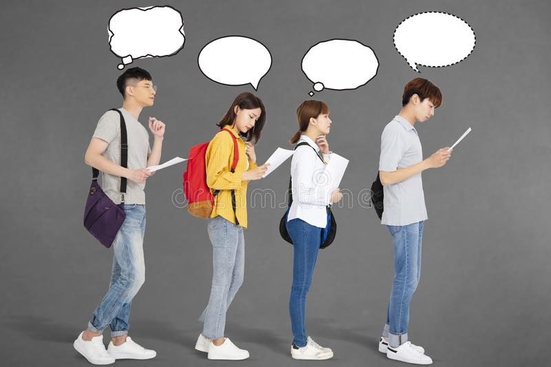 Νέοι που αναζητούν τη θέση εργασίας με τις περιλήψεις στοκ φωτογραφίες
