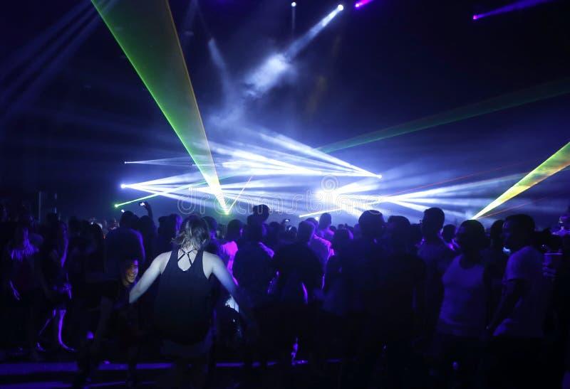 Νέοι που απολαμβάνουν τη μουσική και τη νυχτερινή ζωή ευρέως στοκ εικόνες με δικαίωμα ελεύθερης χρήσης