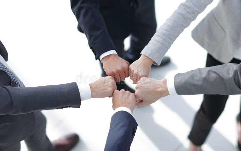 Νέοι που βάζουν τα χέρια από κοινού στοκ φωτογραφία με δικαίωμα ελεύθερης χρήσης