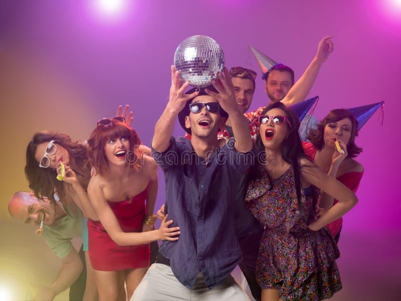 Νέοι που γιορτάζουν στο συμβαλλόμενο μέρος disco στοκ εικόνα με δικαίωμα ελεύθερης χρήσης