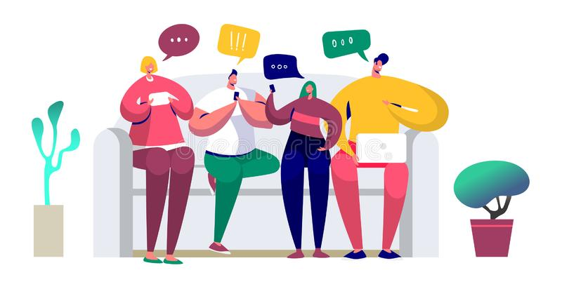 Νέοι που κάθονται στα μηνύματα καναπέδων και γραψίματος στη συνομιλία που χρησιμοποιεί το smartphone, lap-top Οι φίλοι κουβεντιάζ ελεύθερη απεικόνιση δικαιώματος