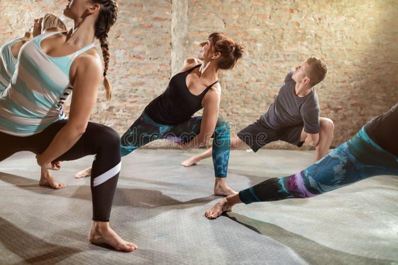 Νέοι που κάνουν την άσκηση ευελιξίας στοκ εικόνες με δικαίωμα ελεύθερης χρήσης